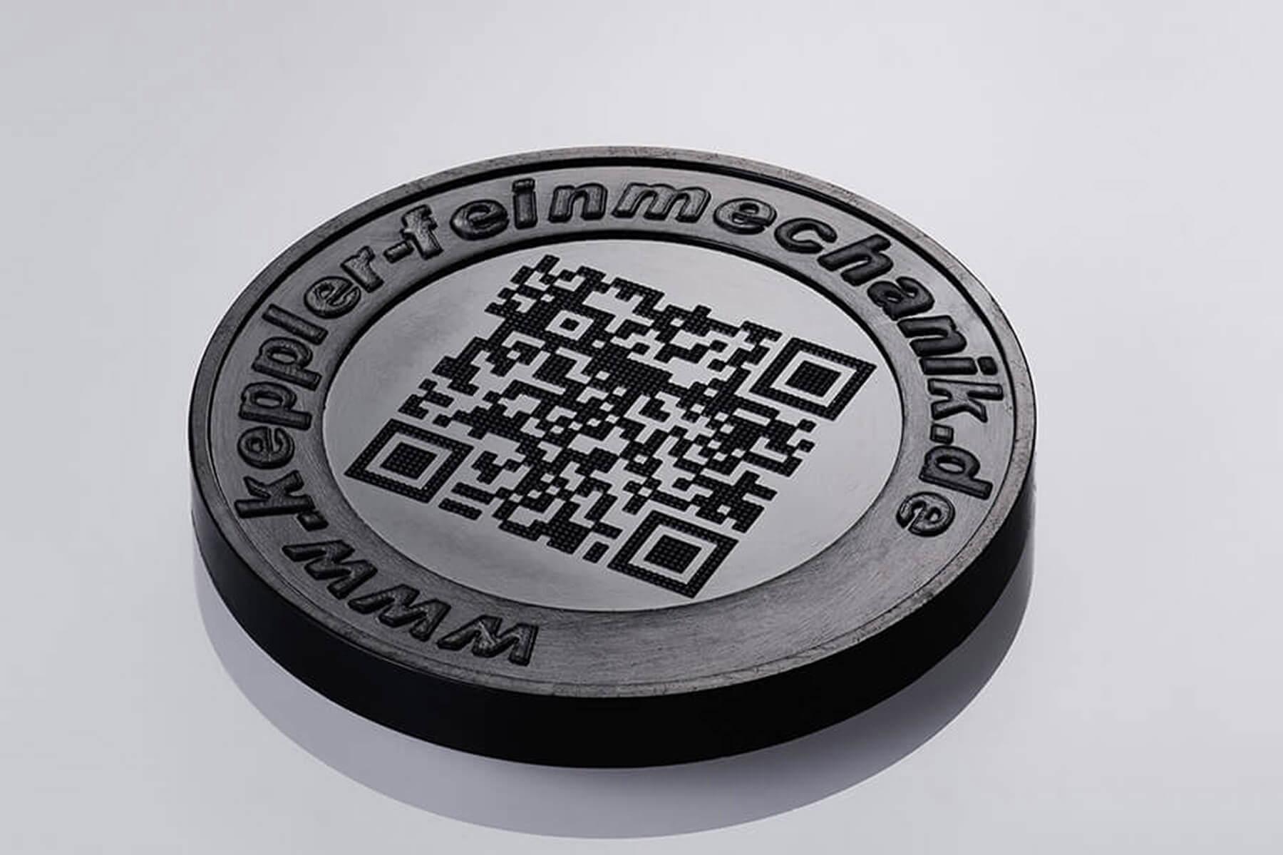 Kunststoff-Münze mit scanbarem QR-Code dank Ultrakurzpulslaser